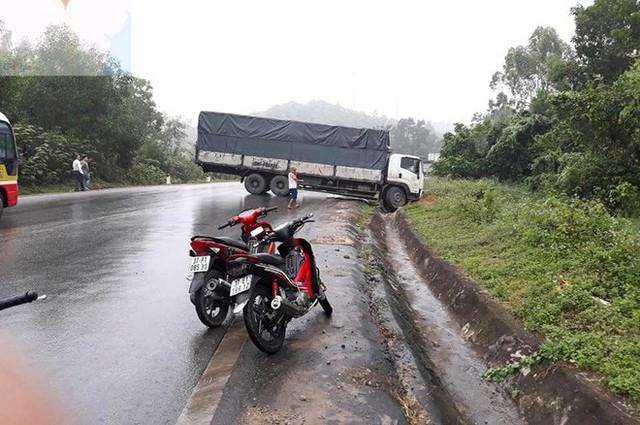 Tài xế kẹt cứng trong chiếc xe bán tải nát tươm sau tai nạn - Ảnh 1.