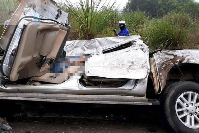 Tài xế kẹt cứng trong chiếc xe bán tải nát tươm sau tai nạn - Ảnh 2.