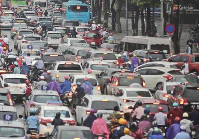 Ảnh: Đường phố Hà Nội tắc nghẽn kinh hoàng trong ngày làm việc đầu tiên sau kỳ nghỉ lễ 30/4 - 1/5 - Ảnh 1.