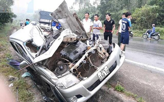 Tài xế kẹt cứng trong chiếc xe bán tải nát tươm sau tai nạn - Ảnh 3.