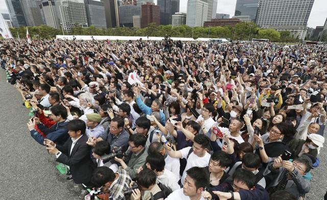Ảnh: Thủ đô Tokyo trang nghiêm, náo nhiệt và đẹp như tranh vẽ trong ngày đầu tiên dưới thời Lệnh Hòa - Ảnh 6.