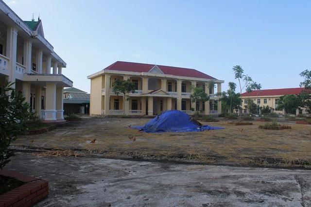 Trường hơn 16 tỷ bỏ hoang người dân tận dụng phơi rơm nuôi gà - Ảnh 2.