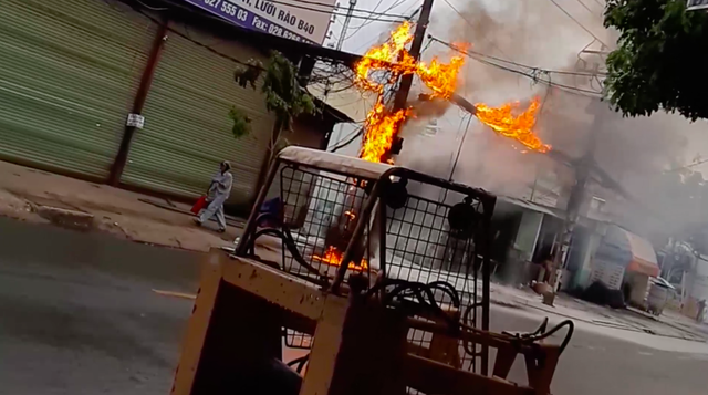 Dân hoảng sợ bỏ chạy tán loạn vì đường dây cáp viễn thông cháy, phát nổ dữ dội ở Sài Gòn - Ảnh 2.
