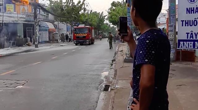 Dân hoảng sợ bỏ chạy tán loạn vì đường dây cáp viễn thông cháy, phát nổ dữ dội ở Sài Gòn - Ảnh 3.