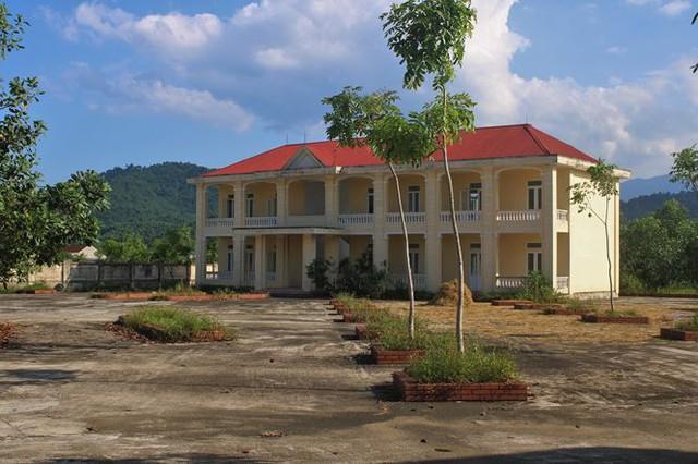Trường hơn 16 tỷ bỏ hoang người dân tận dụng phơi rơm nuôi gà - Ảnh 11.