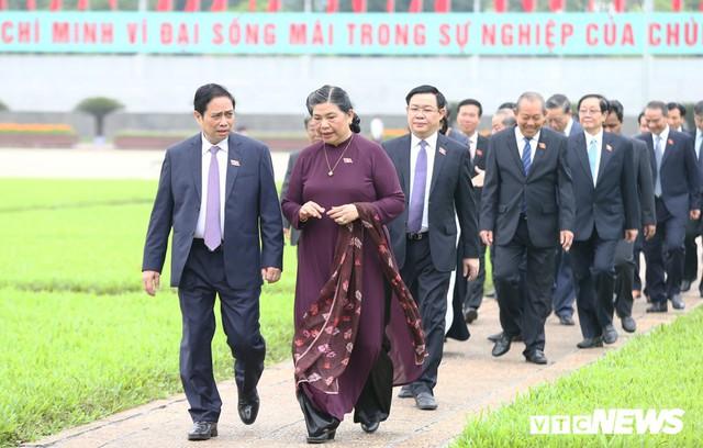 Đại biểu Quốc hội vào Lăng viếng Chủ tịch Hồ Chí Minh trước kỳ họp thứ 7 - Ảnh 5.