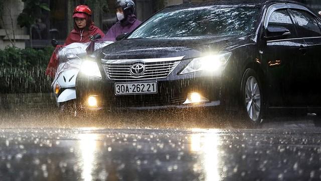 Hà Nội đón cơn mưa vàng sau chuỗi ngày nắng như đổ lửa - Ảnh 2.