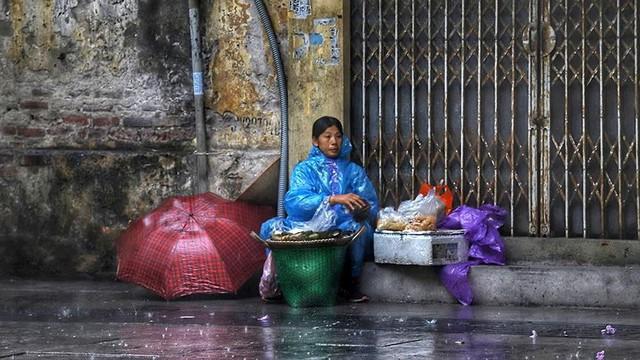 Hà Nội đón cơn mưa vàng sau chuỗi ngày nắng như đổ lửa - Ảnh 4.