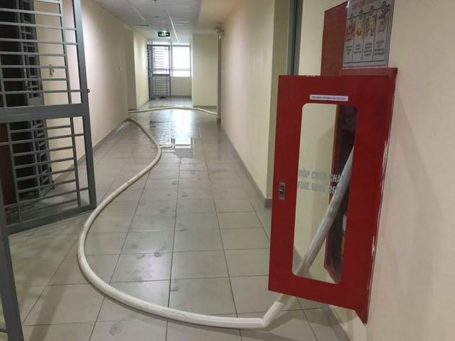 Chung cư cao cấp chằng chịt vòi cứu hỏa để 'giải khát' nước sạch - Ảnh 5.