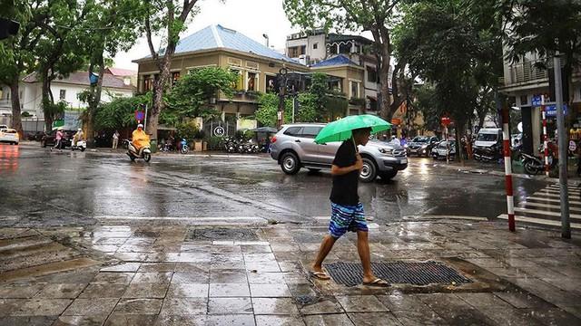 Hà Nội đón cơn mưa vàng sau chuỗi ngày nắng như đổ lửa - Ảnh 10.
