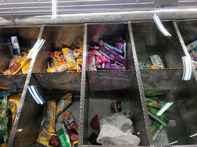 Người dân TPHCM đổ xô gom hàng siêu thị Auchan tháo khoán - Ảnh 11.