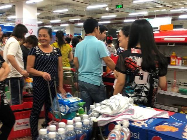 Người dân TPHCM đổ xô gom hàng siêu thị Auchan tháo khoán - Ảnh 12.