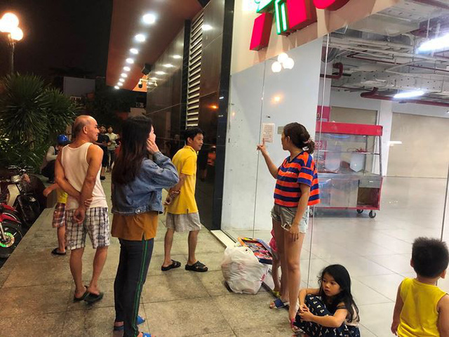 Người dân TPHCM đổ xô gom hàng siêu thị Auchan tháo khoán - Ảnh 16.