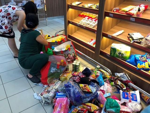 Người dân TPHCM đổ xô gom hàng siêu thị Auchan tháo khoán - Ảnh 3.