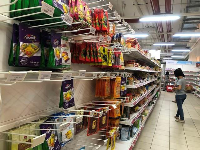 Người dân TPHCM đổ xô gom hàng siêu thị Auchan tháo khoán - Ảnh 7.