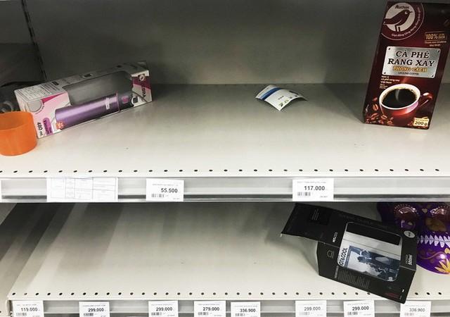 Nhân viên Auchan muốn khóc nhìn khách vừa mua, vừa ăn, vừa phá hàng hóa trong siêu thị - Ảnh 7.