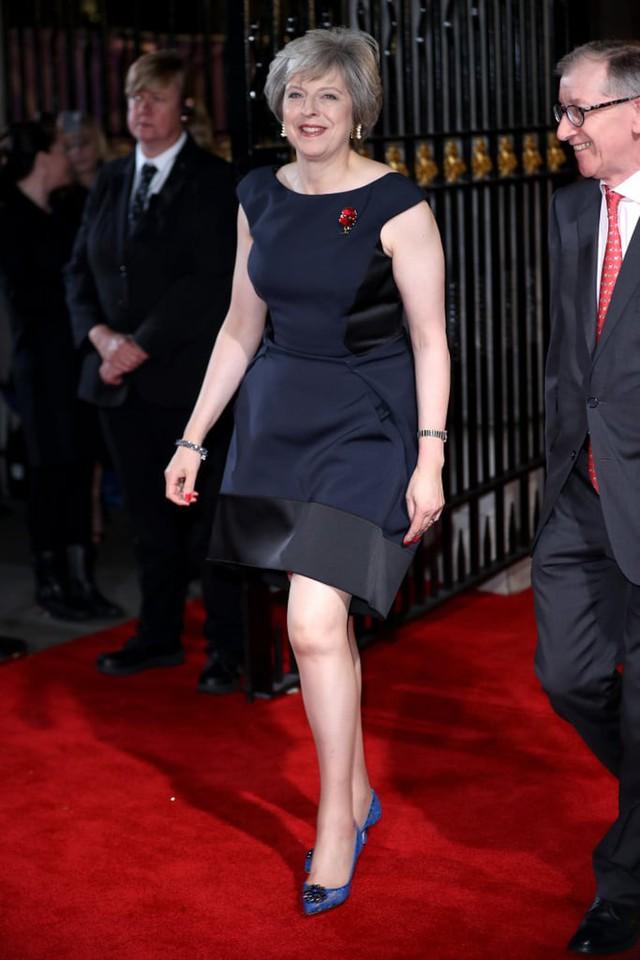Theresa May: Người phụ nữ thời thượng với niềm đam mê giày gót mèo và hoa văn da báo - Ảnh 2.