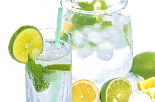 Tranh cãi uống nước ấm hay nước lạnh sẽ tốt hơn cho sức khỏe? - Ảnh 2.