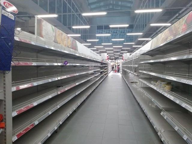 Siêu thị Auchan trống trơn sau 6 ngày xả hàng giảm giá - Ảnh 1.