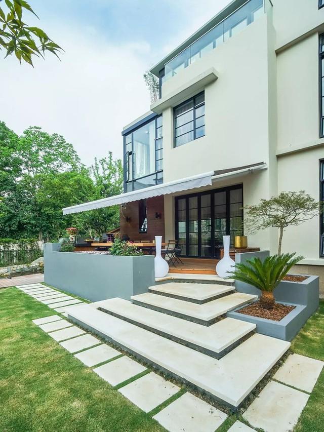 Mong muốn con sống một đời bình an, người mẹ trẻ rời thành phố về ngoại ô xây nhà vườn rộng 1000m² với bể bơi và cây xanh đẹp như mơ  - Ảnh 1.
