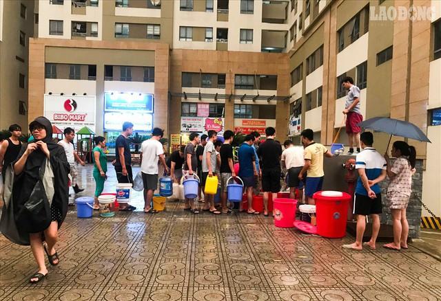 Bất ngờ bị cắt nước, cư dân khu đô thị xếp hàng lấy nước PCCC - Ảnh 2.