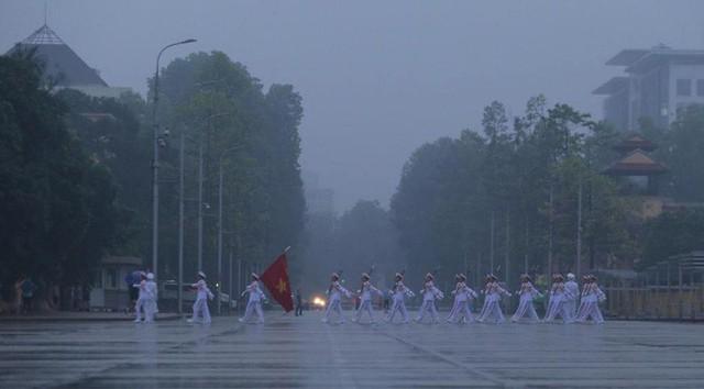 Toàn cảnh Lễ treo cờ rủ Quốc tang nguyên Chủ tịch nước Lê Đức Anh trong mưa - Ảnh 2.
