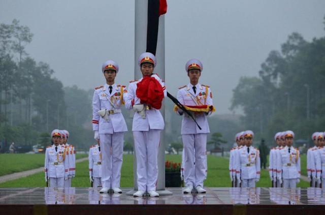 Toàn cảnh Lễ treo cờ rủ Quốc tang nguyên Chủ tịch nước Lê Đức Anh trong mưa - Ảnh 10.