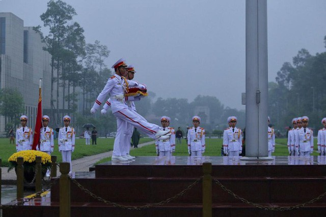 Toàn cảnh Lễ treo cờ rủ Quốc tang nguyên Chủ tịch nước Lê Đức Anh trong mưa - Ảnh 11.