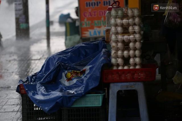 Mưa lớn bất ngờ đổ xuống Sài Gòn, nhiều người phải bật đèn xe lưu thông - Ảnh 3.