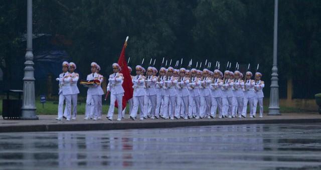 Toàn cảnh Lễ treo cờ rủ Quốc tang nguyên Chủ tịch nước Lê Đức Anh trong mưa - Ảnh 3.