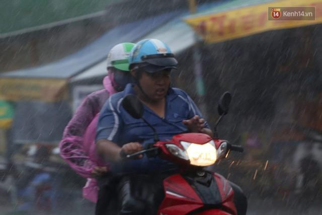 Mưa lớn bất ngờ đổ xuống Sài Gòn, nhiều người phải bật đèn xe lưu thông - Ảnh 4.