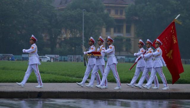 Toàn cảnh Lễ treo cờ rủ Quốc tang nguyên Chủ tịch nước Lê Đức Anh trong mưa - Ảnh 4.
