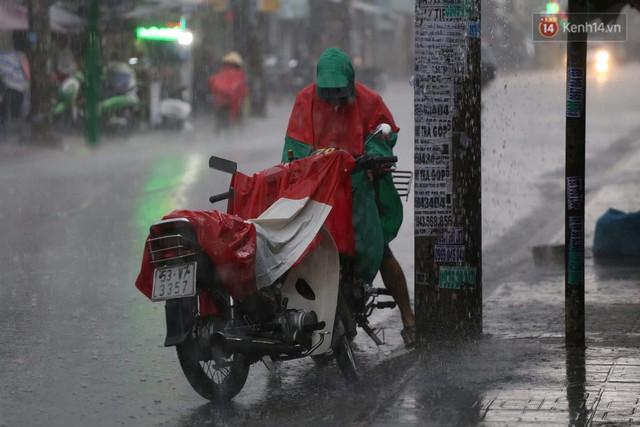 Mưa lớn bất ngờ đổ xuống Sài Gòn, nhiều người phải bật đèn xe lưu thông - Ảnh 5.