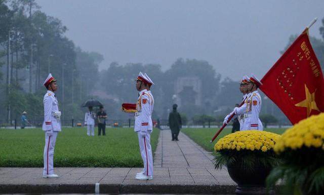 Toàn cảnh Lễ treo cờ rủ Quốc tang nguyên Chủ tịch nước Lê Đức Anh trong mưa - Ảnh 5.