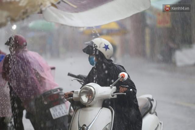 Mưa lớn bất ngờ đổ xuống Sài Gòn, nhiều người phải bật đèn xe lưu thông - Ảnh 7.