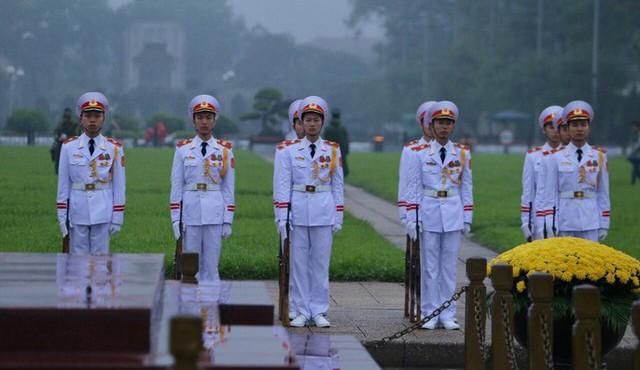 Toàn cảnh Lễ treo cờ rủ Quốc tang nguyên Chủ tịch nước Lê Đức Anh trong mưa - Ảnh 8.