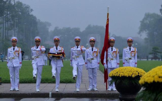 Toàn cảnh Lễ treo cờ rủ Quốc tang nguyên Chủ tịch nước Lê Đức Anh trong mưa - Ảnh 9.