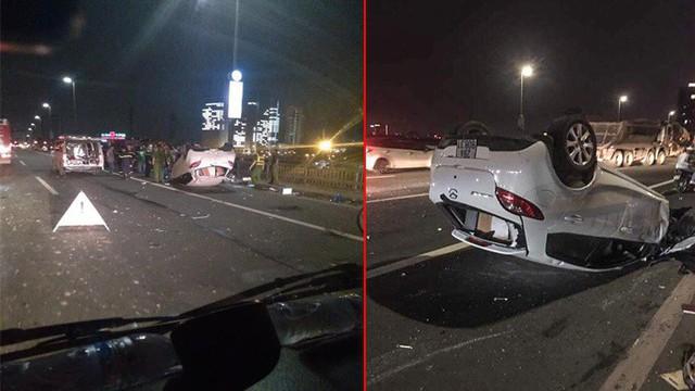 Xe Mazda lộn nhiều vòng rồi lật ngửa trên cầu Nhật Tân, nữ tài xế nguy kịch - Ảnh 1.