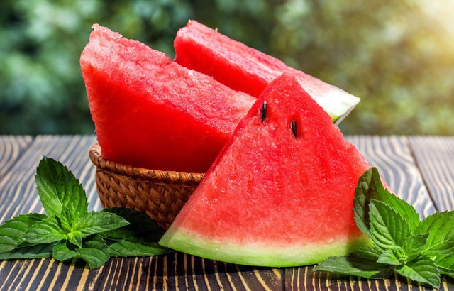 Dưa hấu giải nhiệt mùa hè quá chuẩn rồi nhưng ăn thế nào mới tốt từ trong ra ngoài thì ít ai biết - Ảnh 1.