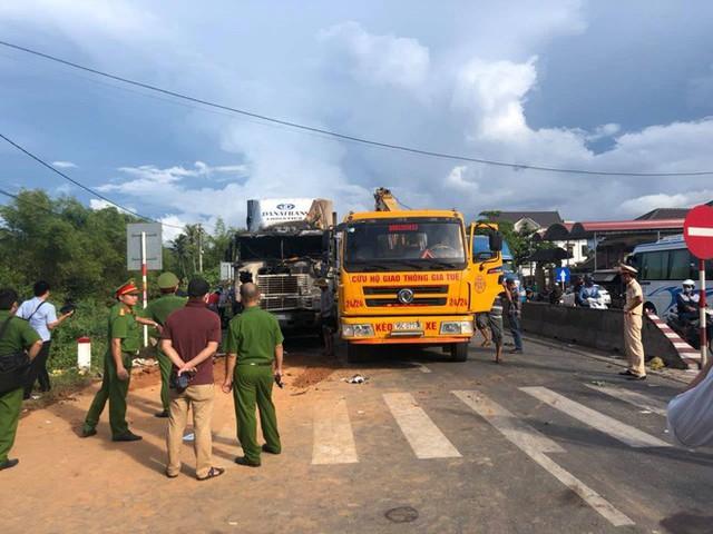 Gây tai nạn chết người, tài xế container kịp thoát thân trước khi xe bị thiêu cháy - Ảnh 1.