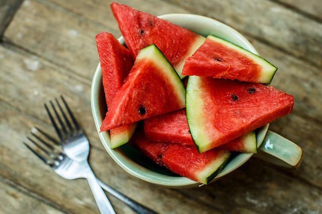 Dưa hấu giải nhiệt mùa hè quá chuẩn rồi nhưng ăn thế nào mới tốt từ trong ra ngoài thì ít ai biết - Ảnh 3.