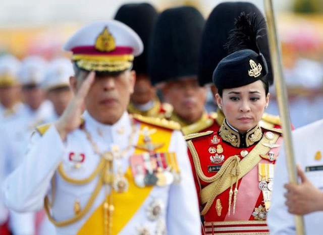 Tân Hoàng hậu Thái Lan: Con đường định mệnh khiến một tiếp viên hàng không trở thành nữ đại tướng, vừa kết hôn đã được lập tức phong hậu - Ảnh 3.