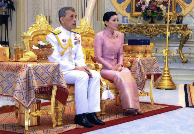 Tân Hoàng hậu Thái Lan: Con đường định mệnh khiến một tiếp viên hàng không trở thành nữ đại tướng, vừa kết hôn đã được lập tức phong hậu - Ảnh 4.