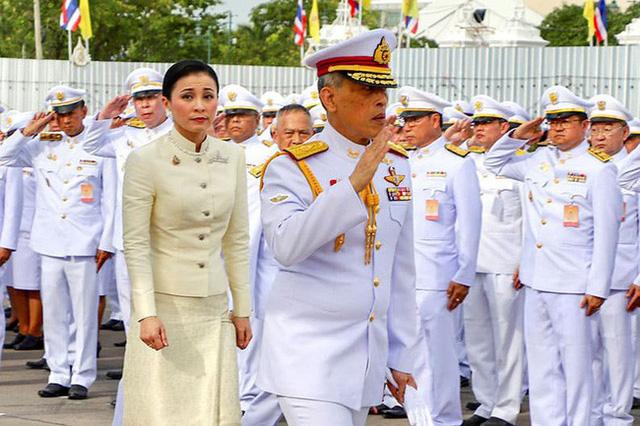 Tân Hoàng hậu Thái Lan: Con đường định mệnh khiến một tiếp viên hàng không trở thành nữ đại tướng, vừa kết hôn đã được lập tức phong hậu - Ảnh 5.