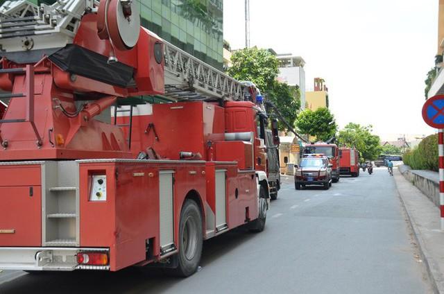 Cháy tại chung cư The Vista An Phú ở Sài Gòn, 1 chiến sĩ PCCC bị ngạt khói - Ảnh 2.