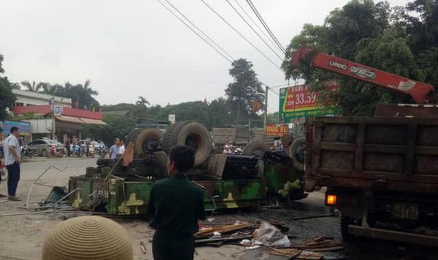 Hà Nội: Xe chở bộ đội ra thao trường bị lật, nhiều chiến sỹ bị thương - Ảnh 1.