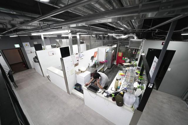 Không đủ tiền để mở cửa tiệm truyền thống, nhiều doanh nhân đổ xô phát triển các nhà hàng ma ở châu Á - Ảnh 3.