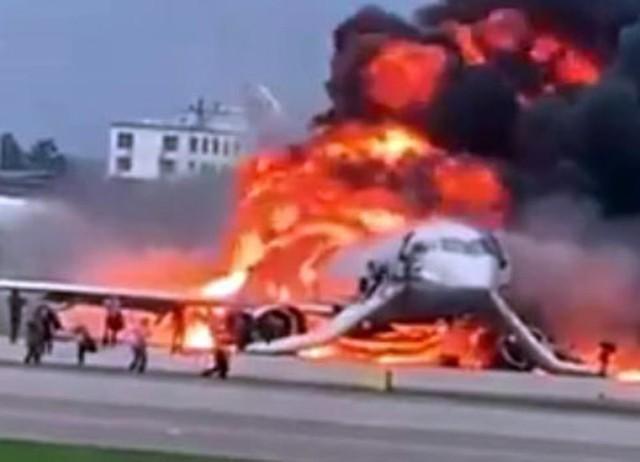 Hiện trường vụ cháy máy bay ở Nga, ít nhất 41 người thiệt mạng - Ảnh 1.
