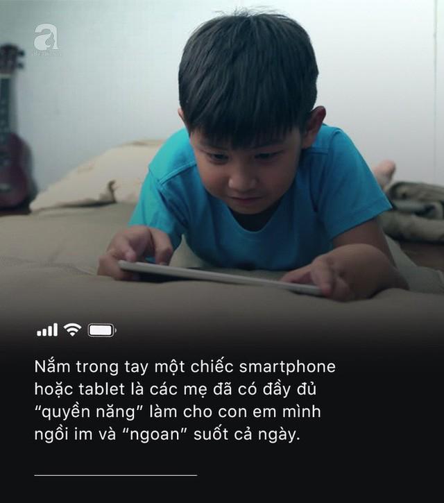 Con quấy khóc, bố mẹ cho chơi ngay smartphone: Đừng vì vài phút nhàn rỗi mà hủy hoại một đứa trẻ còn chưa kịp lớn! - Ảnh 1.