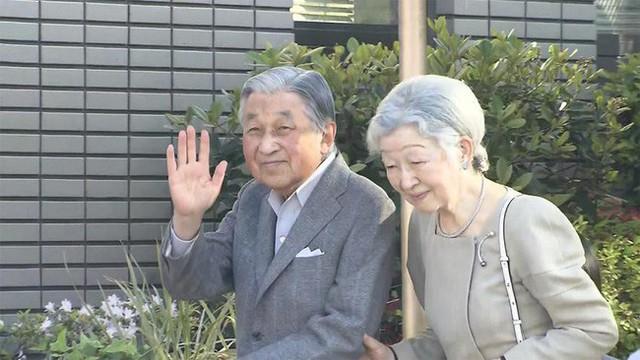 Cựu Nhật hoàng Akihito và vợ lần đầu xuất hiện sau khi thoái vị và đây là địa điểm bất ngờ mà cặp đôi lựa chọn khiến người hâm mộ phấn khích - Ảnh 1.